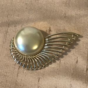 Sarah Coventry pearl Brooch angel wing